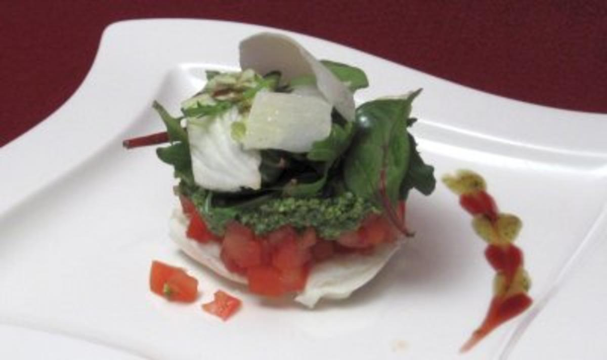 Rezept: Trmchen von Mozzarella mit Tomaten, Rucolapesto und Salatbouquet