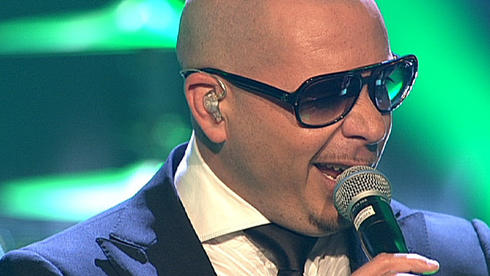 "Showact: US-Rapper Pitbull singt ""Rain Over Me"""